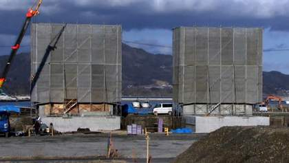 Японцы и себе строят стену для защиты