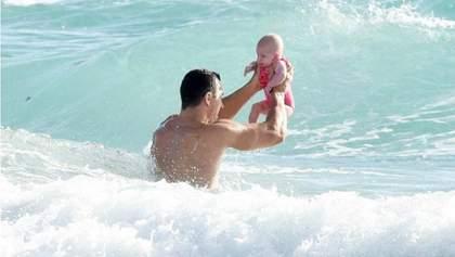 Кличко поплавав з маленькою донькою в Атлантичному океані