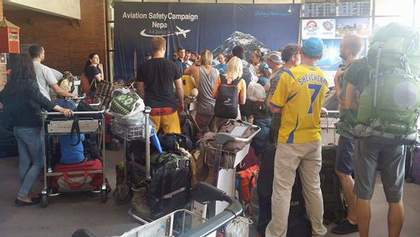 Нові пригоди української експедиції: при посадці літака в Делі пробило колесо