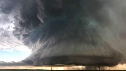 Унікальні знімки: фотограф зняв подвійне торнадо
