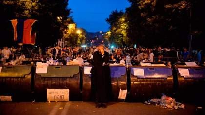 """""""Майданне"""" дежавю у Єревані: квіти для поліції і молитва проти сили"""