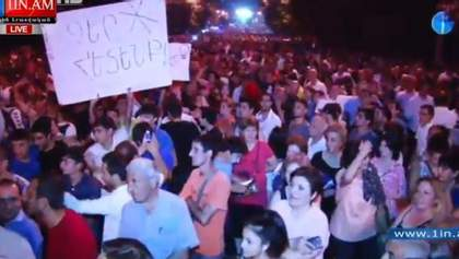 """Вірменський """"Майдан"""" вночі не розігнали. Протистояння триває"""