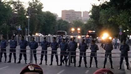 На протестах у Єревані відновились сутички з поліцією, — активісти