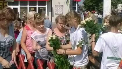 """""""День тишины"""" в Чернигове: люди Корбана """"подкупают"""" избирателей цветами"""