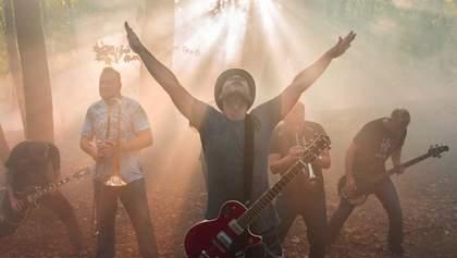 """Культова група """"Мед Хедс"""" зняла містичний відеокліп і """"сховала"""" гору в тумані"""