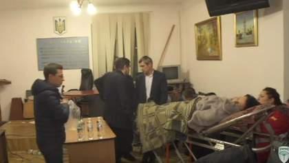 Адвокат Корбана потеряла сознание — ей тоже помогают врачи