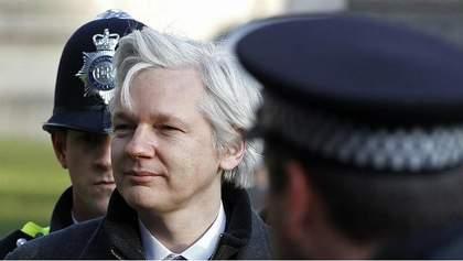 Основатель скандального WikiLeaks готов сдаться полиции