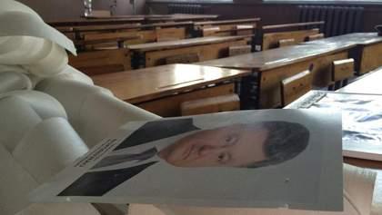 Зі шкіл приберуть фотографії Порошенка і міністрів