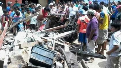 В Боливии самолет упал посреди рынка: есть погибшие