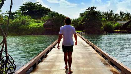 Як син Кернеса розкошує у подорожах світом