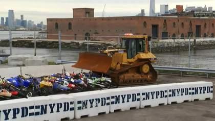 Бульдозер раздавил сотню конфискованных мотоциклов