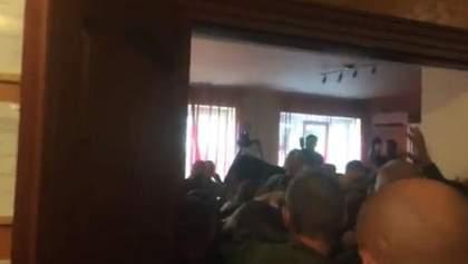 """В Мукачево разгорелись беспорядки во время суда над бойцами """"Правого сектора"""""""