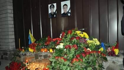 Гори квітів і заплакані поліцейські: у Дніпрі прощались із вбитими патрульними