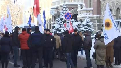 За митингами под НБУ стоит украинский политик, – эксперты