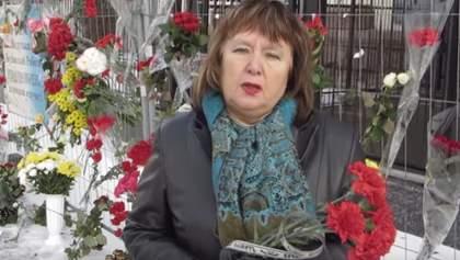 Стало известно, кто носит цветы к посольству России в Киеве