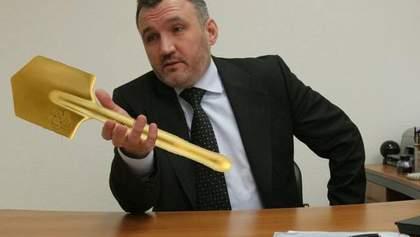 Золотою лопатою закопали золотий унітаз: у мережі жваво реагують на лопату Кузьміна