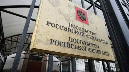 У российского посольства в Киеве забирают землю