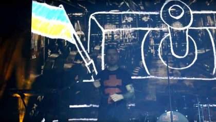 Люди массово упали на колени. На концерте в Беларуси почтили бойцов АТО
