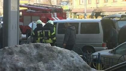 Мікроавтобус посеред білого дня загорівся у центрі Києва