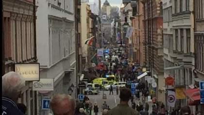 Грузовик влетел в толпу людей в Стокгольме: есть погибшие
