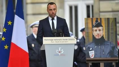 Бойфренд вбитого на Єлисейських полях поліцейського вразив емоційною промовою на похороні