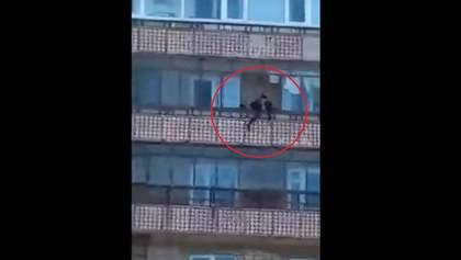 В сети появилось жуткое видео, на котором мать выбросила свою дочь с 9 этажа
