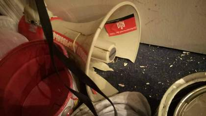 Разбитые окна, выбитые двери и разбитая мебель: как после столкновений с полицией выглядит штаб ОУН