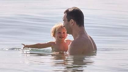 Супертатко: Володимира Кличка сфотографували з маленькою донькою на пляжі
