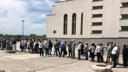 Черга на 3 години: як у Києві прощаються з єпископом Любомиром Гузаром