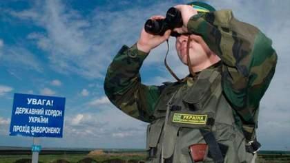 Іноземці спробували провезти в Україну заборонену символіку