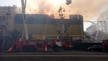 Масштабну пожежу на Хрещатику у Києві зняли з дрона: відео