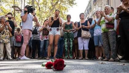Свічки, сльози, квіти і багато суму: як у Барселоні вшановують жертв теракту