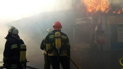 Масштабну пожежу в Києві вдалося загасити: рятувальники розповіли деталі