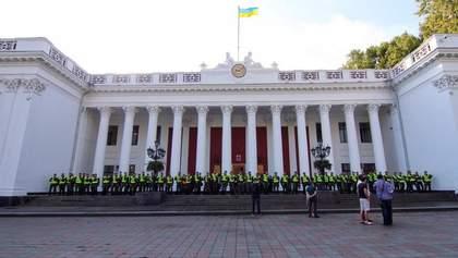 Ситуация под мэрией Одессы обостряется: спецназовцы и полиция окружили здание