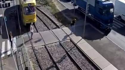 Дівчина через ґаджет потрапила під трамвай у Харкові: відео 18+