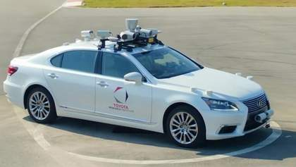 Toyota создала беспилотное авто с двумя рулями: появилось видео тестов