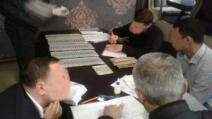 Прокурор та депутат попалися на чималому хабарі: з'явилися фото