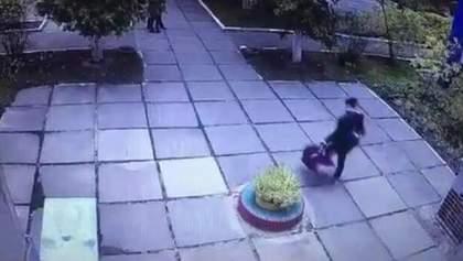 Відео викрадення немовляти у Києві поширили у мережі