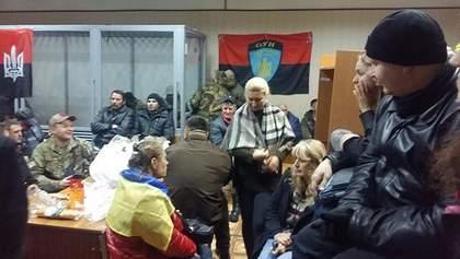 Ситуация в заблокированном суде над Коханивским: активисты жгут кострище