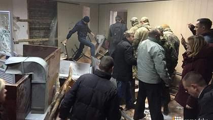 Полиция силой разблокировала суд Киева, где забаррикадировались сторонники Коханивского