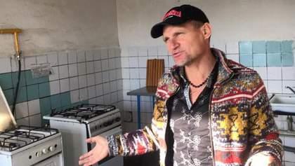 Архаичное жилье: Олег Скрипка посетил родное общежитие в Киеве и показал фото комнаты