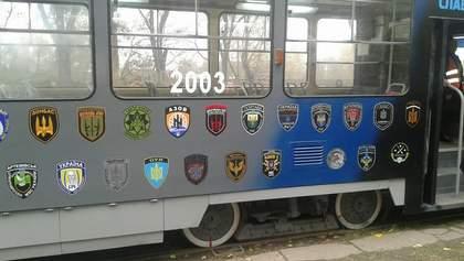 В Каменском трамвай украсили логотипами добровольческих батальонов