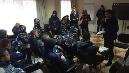 """""""Форум"""" Клименка заблокували представники """"Азова"""": з'явились фото"""