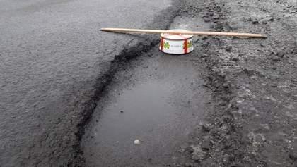 """На Харьковщине измерили ямы на дорогах тортом """"Рошен"""": курьезные фото"""