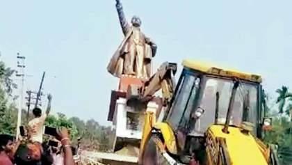 Играли в футбол головой Ленина: в Индии бульдозером снесли памятник вождю (видео)