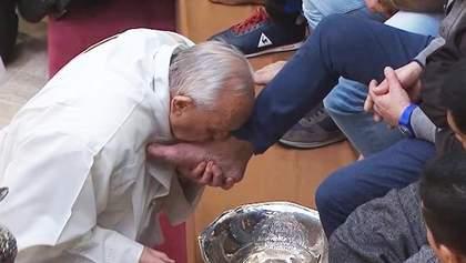 Папа Римский омыл ноги 12 заключенным: видео