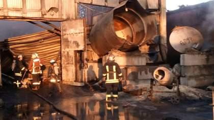 На Киевщине загорелись склады: фото с места происшествия
