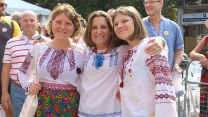 Глава МИД Канады Фриланд присоединилась к Всемирному дню вышиванки: яркое фото