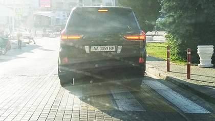 Кримом роз'їжджає авто з номерами серії Верховної Ради: фото