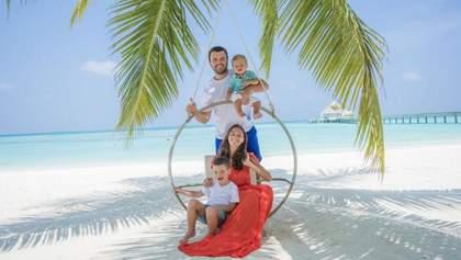 Ведущий Григорий Решетник показал свою семью в волшебной фотосессии на Мальдивах